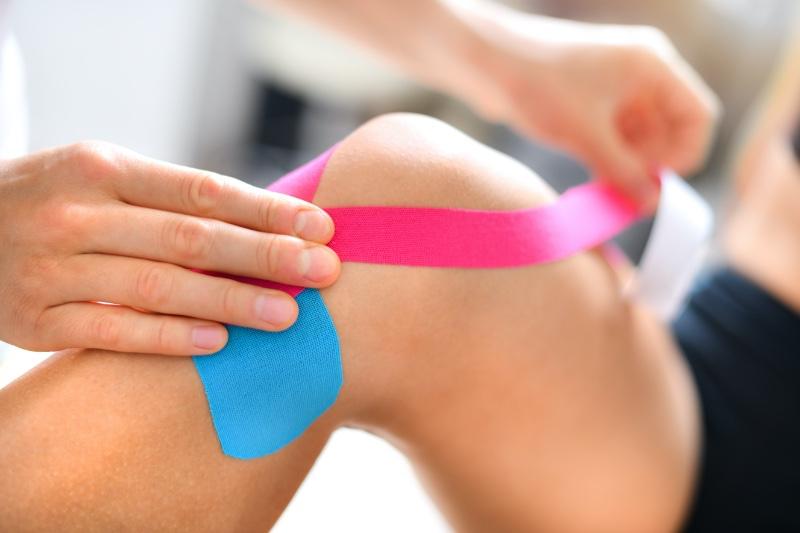 Reflexzonenmassage der Füße, die die Oberschenkel ausdünnen